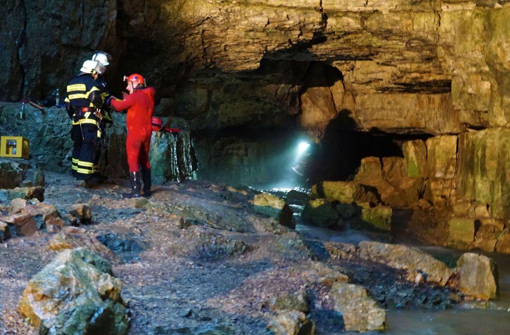 Rettungskräfte retteten die zwei Männer aus der Höhle. Foto: dpa