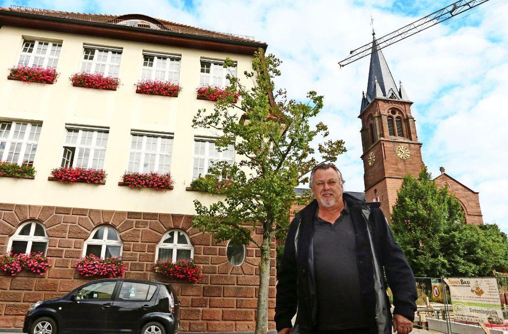 Peter Wenzel, hier am Wimsheimer Rathaus, kandidiert für Die Linke. Foto: Andreas Gorr