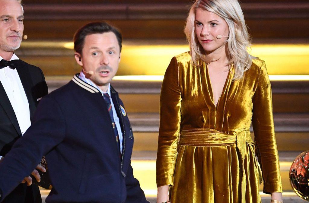 Peinlicher Moment zwischen Moderator Martin Solveig und Fußballerin Ada Hegerberg. Foto: AFP