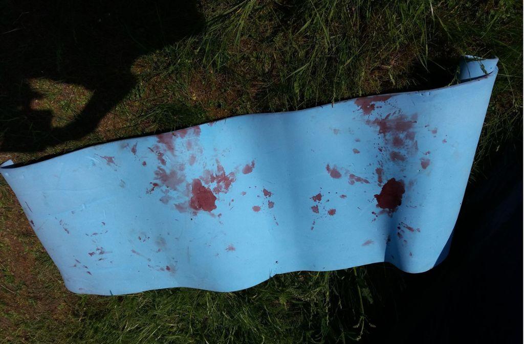 Auch die Isomatte ist blutverschmiert.  Foto: privat