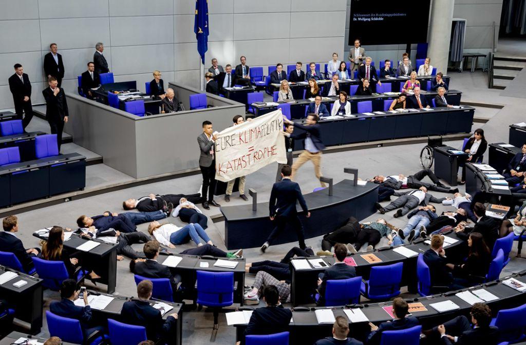 Mit dem sogenannten Die-In wollten Aktivisten Druck auf die Bundesregierung machen. Foto: Christoph Soeder/dpa