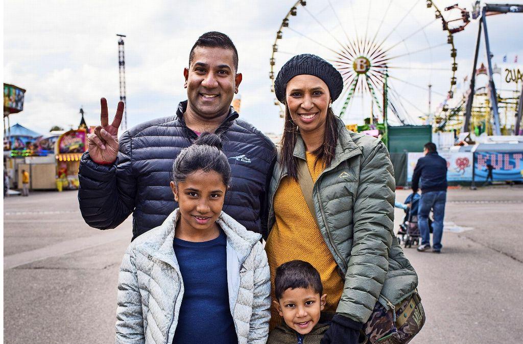 Die Familie Cetty aus Südafrika besucht  zum ersten Mal das Stuttgarter Frühlingsfest. Foto: Oskar Eyb