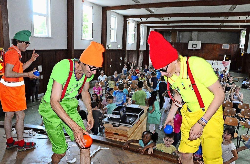 Die Clowns sorgen beim Kinderforum für reichlich Spaß. Foto: Georg Linsenmann
