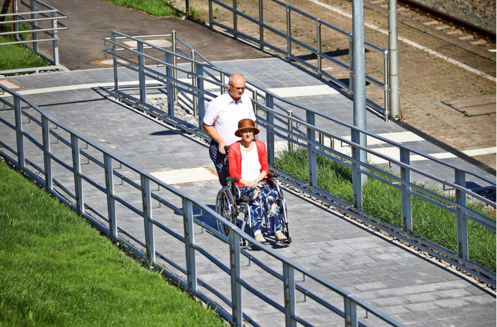 Endlich barrierefrei – Bürgermeister Reinhard Molt und Gattin Susanne testen die Rampe. Foto: Gottfried Stoppel