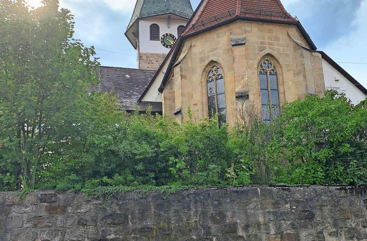 Die Buckelquader in der Mauer um die Jakobuskirche stammen von der Burg. Foto: Götz Schultheiss