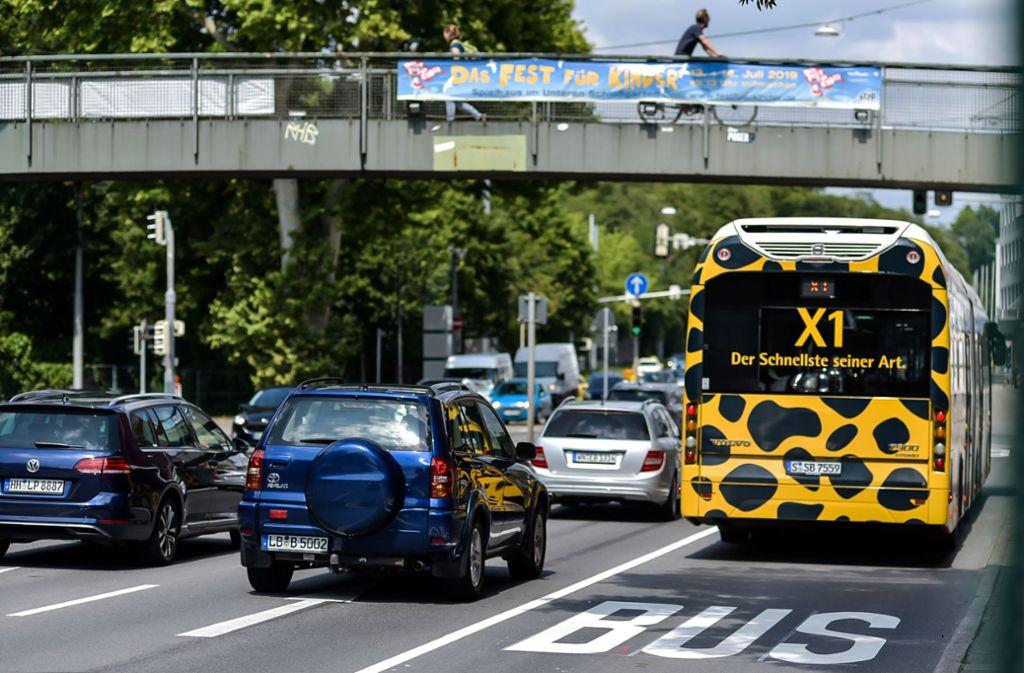 Die neue Busspur am Neckartor soll den Autoverkehr verringern – und so auch die Luftbelastung senken. Foto: Lichtgut/Max Kovalenko