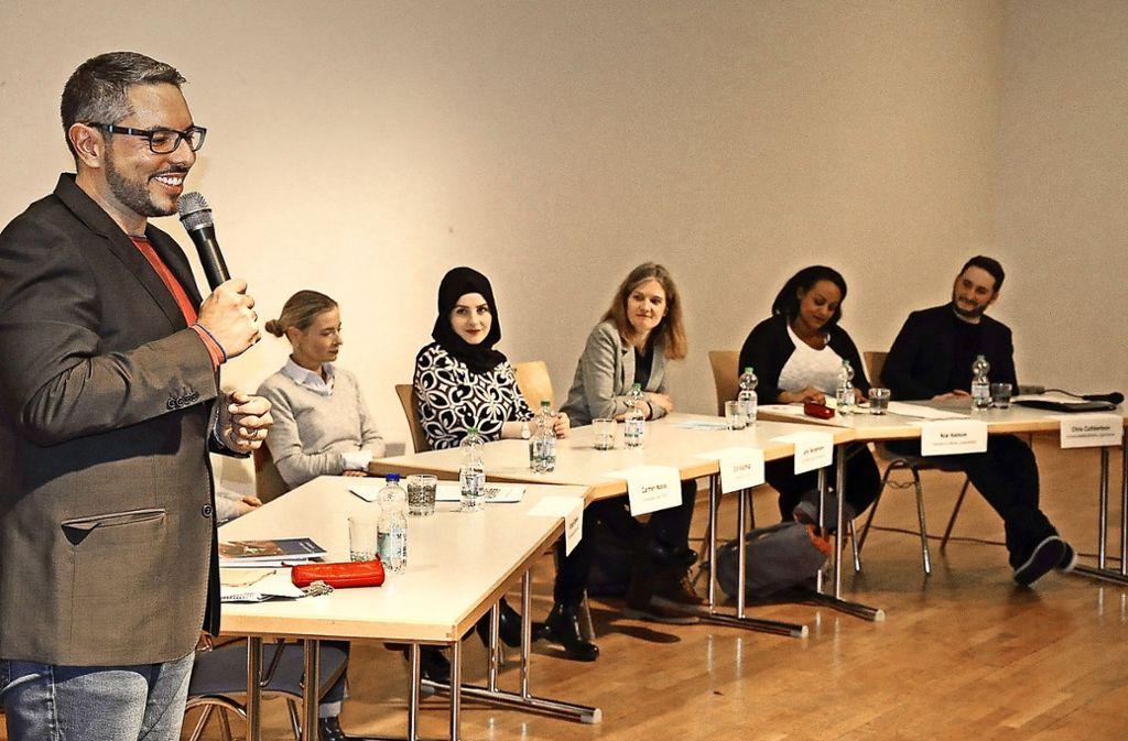 Alexander Mak (l.) ist selbst Lehrer und kennt die Probleme, die bei der Diskussion im Bürgerhaus angesprochen wurden. Foto: Linsenmann