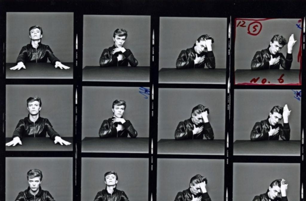 """Kontaktabzüge: Bowie posiert für das """"Heroes""""-Cover Foto: The David Bowie Archive"""