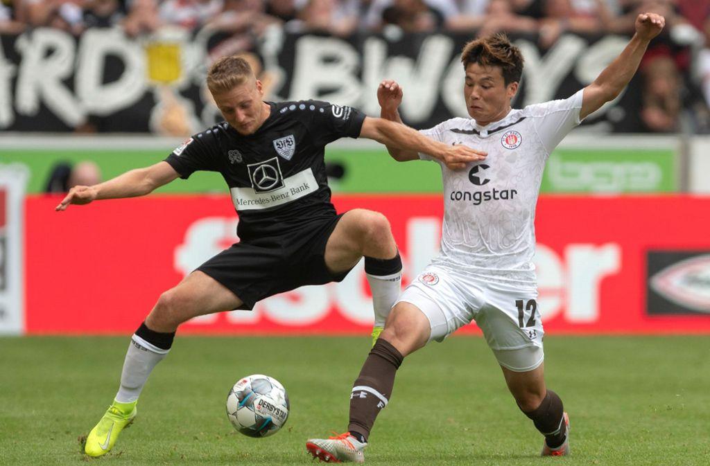 Santiago Ascacibar (li.) darf wieder mit dem Team des VfB Stuttgart trainieren. Foto: dpa/Daniel Maurer