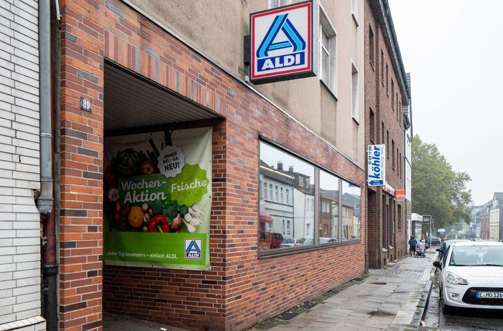 Blick in die Huestraße in Schonnebeck und die Aldi Filiale. Vor mehr als 100 Jahren hat dort der Bäcker Karl Albrecht seinen ersten Laden eröffnet und legte damit den Grundstein für die Aldi Supermarkt-Kette. Foto: dpa/Marcel Kusch