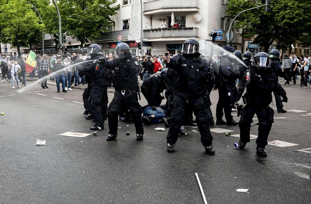 Die Berliner Polizei setzte Pfefferspray ein. Foto: dpa/Fabian Sommer