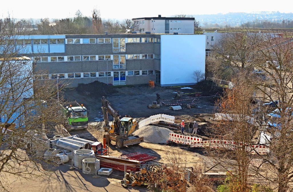 Hinter der Gotthard-Müller-Schule bereiten die Bauarbeiter einen   provisorischen Schulhof vor. Foto: Götz Schultheiss