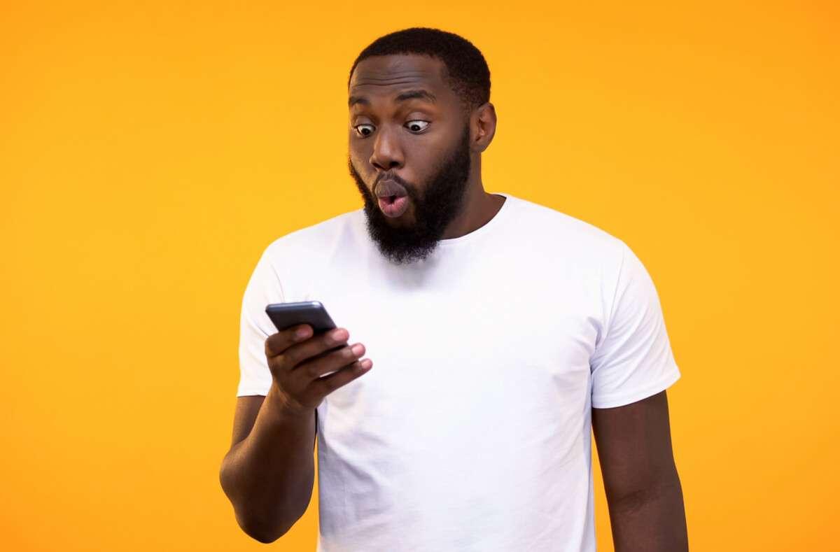 Wyld ist eines der beliebtesten Jugendwörter 2020. Ist eine Situation verrückt, ist sie wyld. Alles über Bedeutung und Verwendung. Foto: Motortion Films / Shutterstock.com