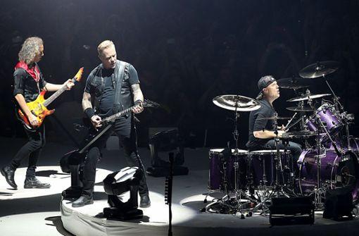 Rockband spielt Whisky eigene Songs vor und verkauft ihn