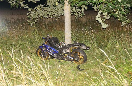 Unter Auto eingeklemmt – Motorradfahrer kommt ums Leben