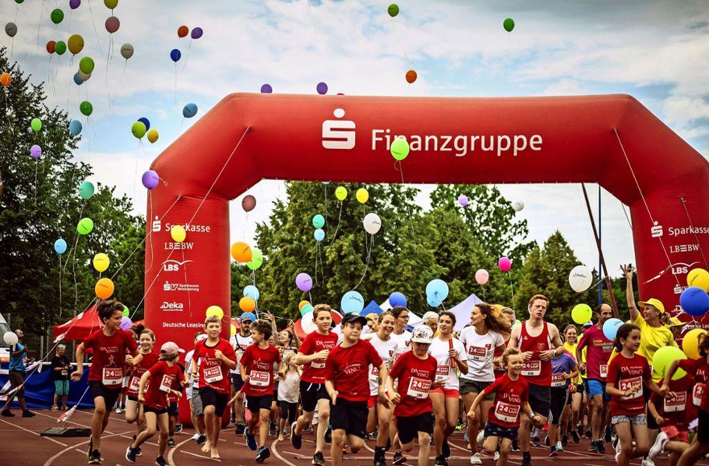 Sportliche junge Teilnehmer in Stuttgart starten zum Spendenlauf Foto: Lichtgut/Julian Rettig