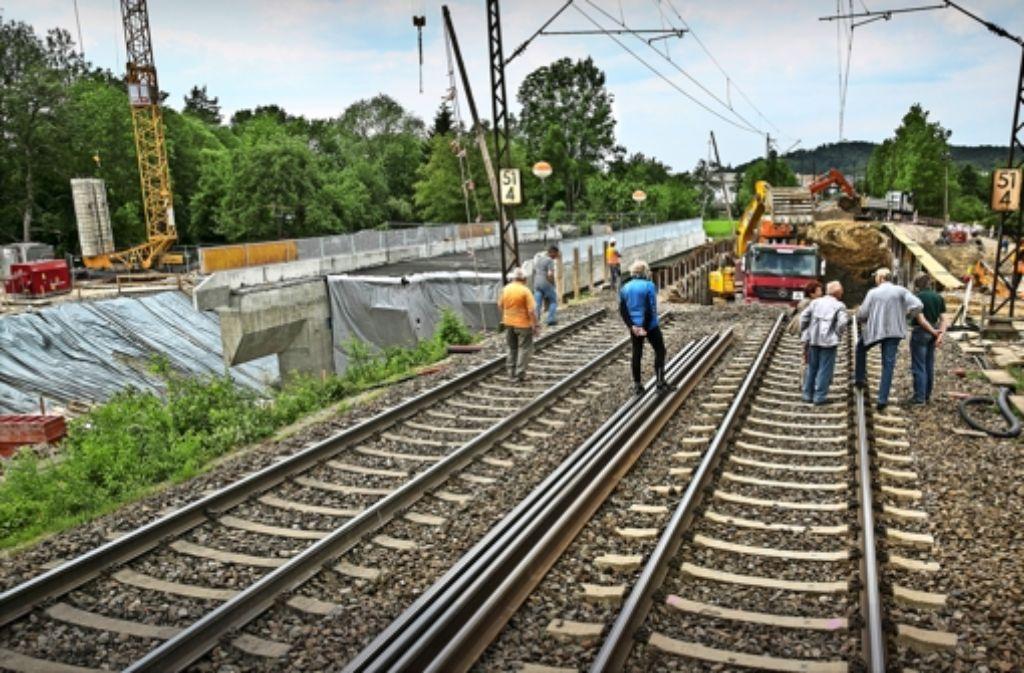 Schwere Bagger tragen den Bahndamm ab. Links steht schon die Brücke bereit, um eingeschoben zu werden. Foto: Horst Rudel