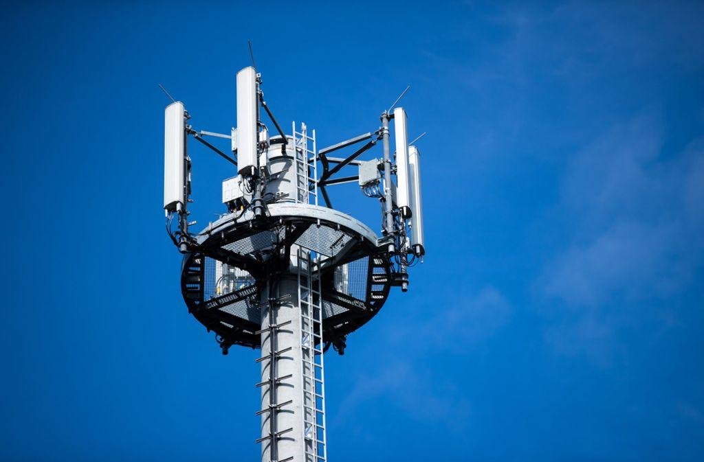 Viele Bürger haben wegen des 5G-Mobilfunkausbaus und neuer Stromnetze  Angst um ihre Gesundheit (Symbolbild). Foto: dpa/Jens Büttner