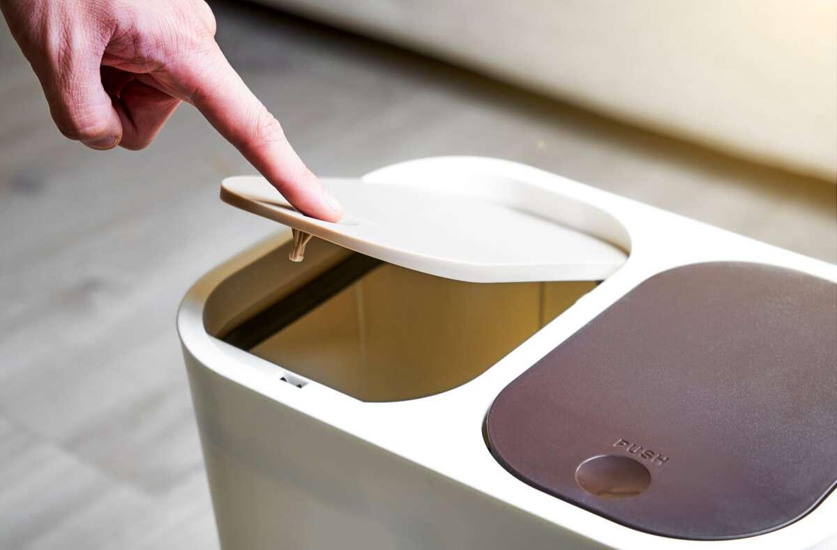 Wenn der Mülleimer stinkt und der Geruch in der Umgebung wahrnehmbar ist, helfen die folgenden 10 Tipps und Hausmittel, um die üblen Gerüche zu beseitigen. Foto: Jenson / Shutterstock.com