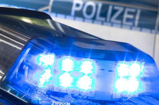 Schreck für Insassin – Unbekannte schlagen Autoscheibe ein