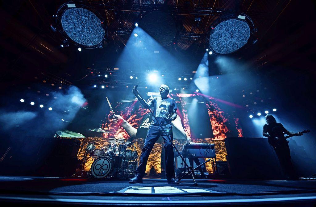 Deep Purple vor der Großleinwand: Ian Paice am Schlagzeug,  Ian Gillan am Mikrofon, Don Airey an den Tasten, Steve Morse an der Gitarre. Foto: Lichtgut/Max Kovalenko
