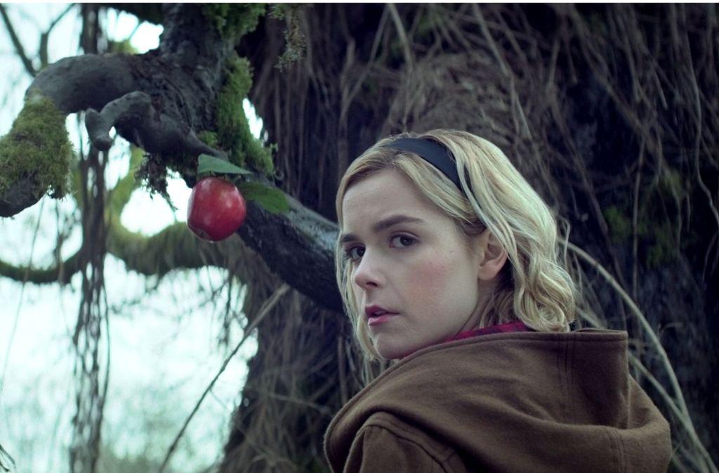 """Es wird kalt und düster in der Welt der Teenie-Hexe Sabrina: Kiernan Shipka in der Netflix-Serie """"Chilling Adventures of Sabrina"""". Foto: Netflix"""