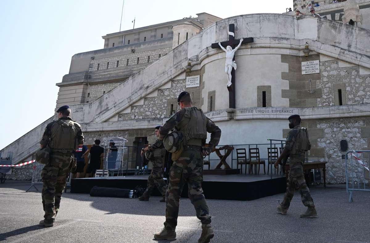 Soldaten patrouillieren in Marseille vor der Basilika Notre Dame. Die  südfranzösische Metropole wird seit Monaten erschüttert von Bandenkriegen mit vielen Toten. Foto: AFP/SYLVAIN THOMAS