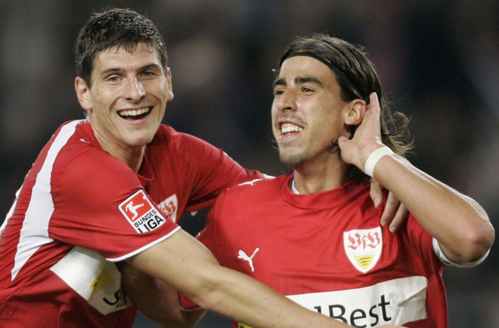 Mario Gomez (links) und Sami Khedira spielten einst gemeinsam für die Schwaben. Foto: AP