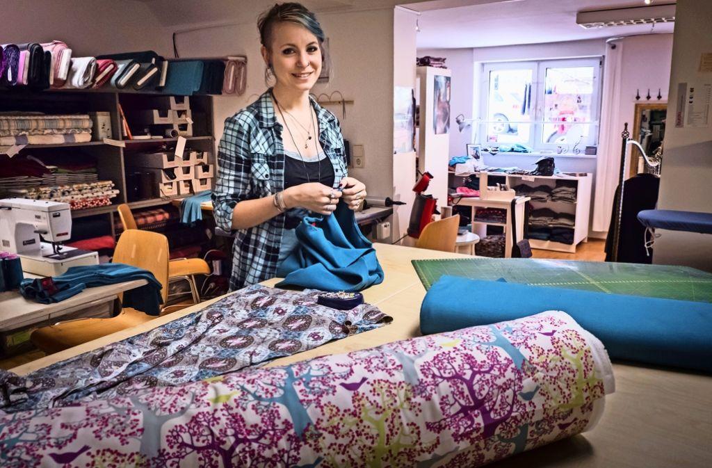 Die Maßschneiderin Eileen Domning arbeitet bei der Roten Zora, weil diese nachhaltige Kleidung produziert. Foto: Lichtgut/Achim Zweygarth