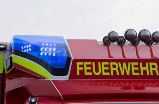 SUV behindert Feuerwehrfahrzeug im Einsatz