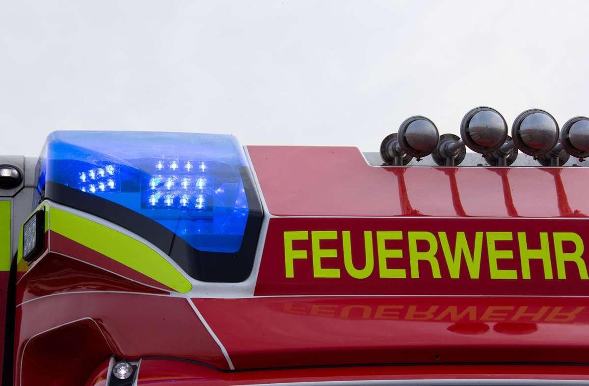 Das Feuerwehrfahrzeug war mit Blaulicht und Martinshorn unterwegs (Symbolbild). Foto: imago images/Fotostand//Gelhot