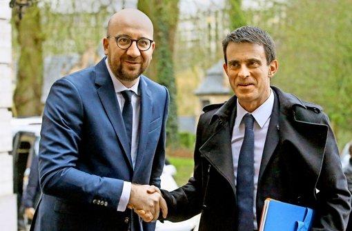 Frankreichs Premierminister Manuel Valls (rechts) – hier mit seinem belgischen Kollegen Charles Michel – wird demnächst nach Baden-Württemberg kommen. Foto: dpa