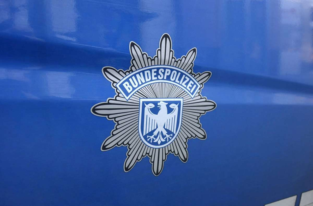 Die Schweizer Behörden übergaben den Gesuchten an die Bundespolizei (Symbolbild). Foto: imago images/Sascha Steinach