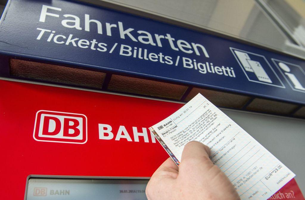 Fahrkartenautomat der Deutschen Bahn: In immer weniger Reisebüros lassen sich Bahntickets buchen. Kunden bestellen ihre Fahrscheine meist online oder kaufen sie am Automaten. Foto: dpa