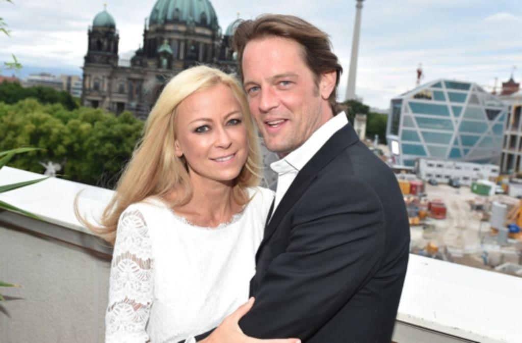 Jenny Elvers und ihr Lebensgefährte, der Manager Steffen von der Beeck. Foto: dpa
