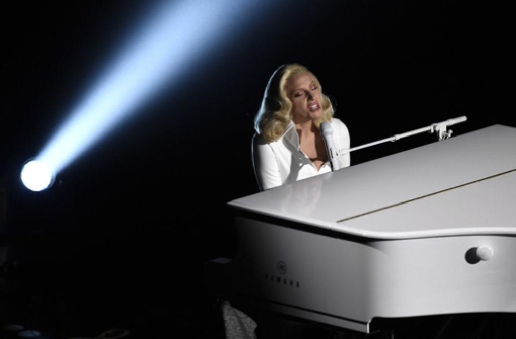 Lady Gaga am weißen Flügel. Foto: AP