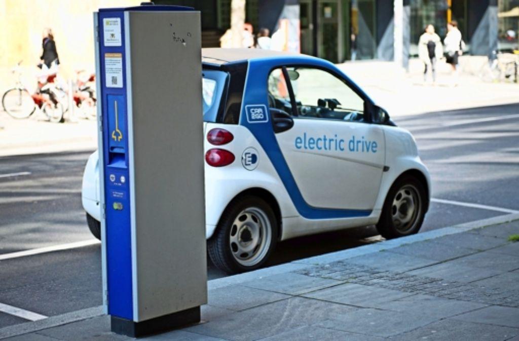 Nicht nur Parkautomaten, sondern auch Stromzapfstationen  behindern nach Ansicht der Fraktion SÖS-Linke-Plus  hier und da die Fußgänger. Foto: dpa
