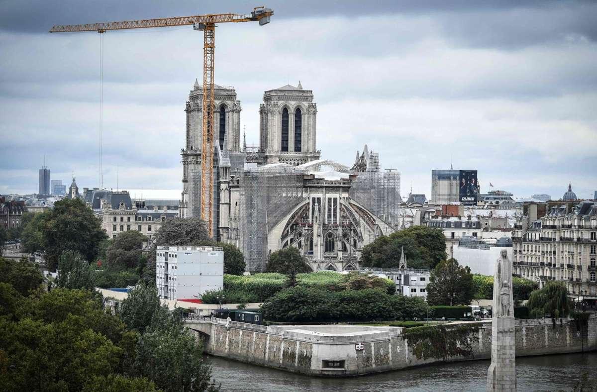 Die beschädigte Kathedrale Notre-Dame in Paris ist über zwei Jahre nach dem Brand nicht mehr vom Einsturz bedroht. Nun beginnen die Renovierungsarbeiten. Foto: AFP/STEPHANE DE SAKUTIN