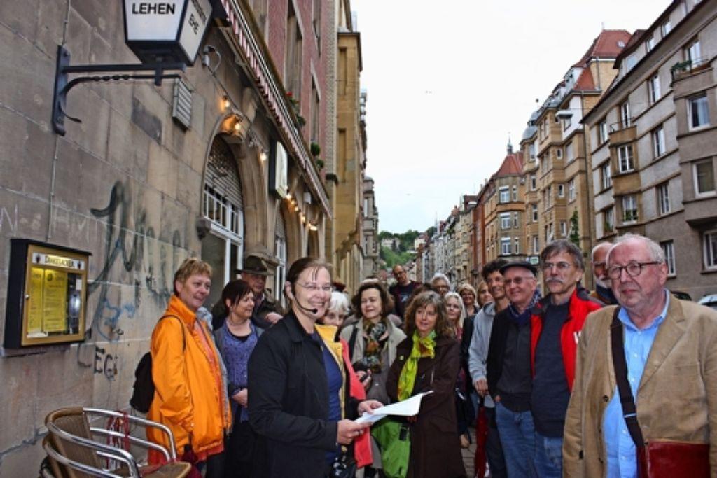 Christine Lehmann (mit Mikrofon) und Wolfgang Jaworek (ganz rechts) hatten die Idee zum kriminalistischen Spaziergang. Foto: Annina Baur