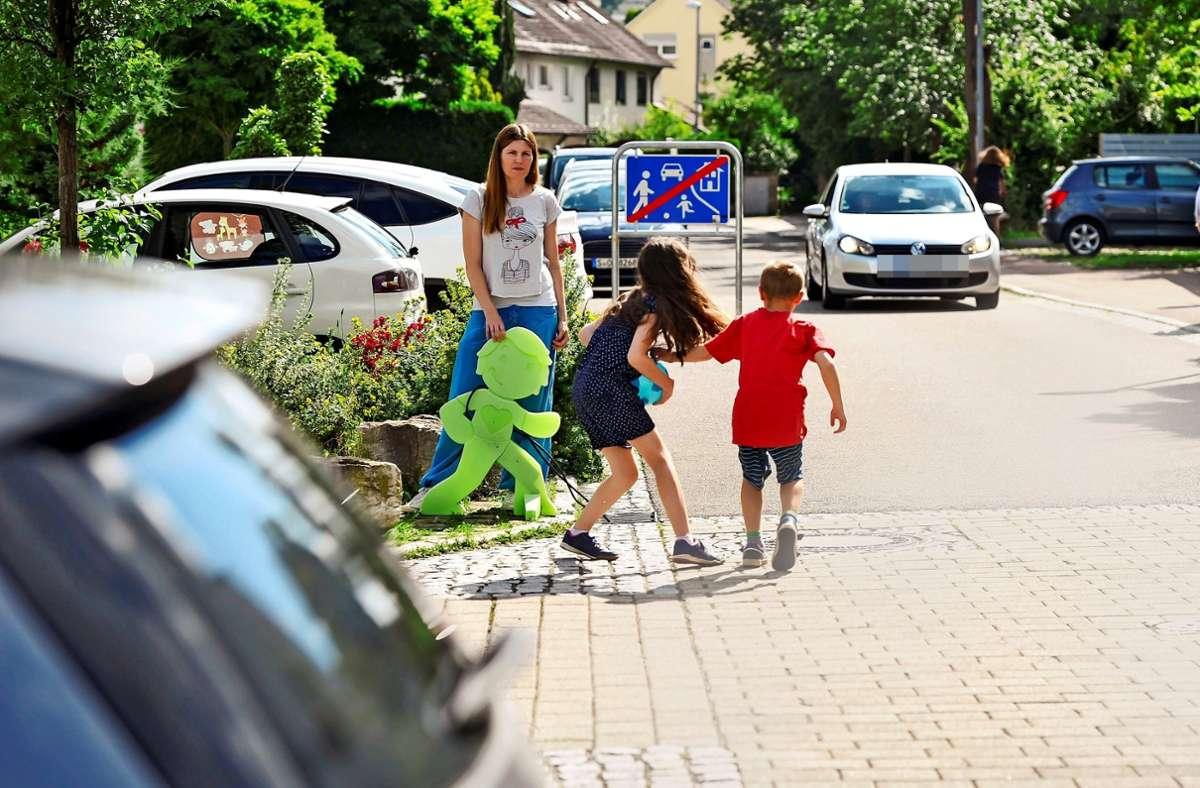 """Ganz wohl fühlt sich Manuela Hartmann nicht, wenn ihre Kinder auf der Spielstraße toben: """"Viele Autofahrer fahren zu schnell."""" Foto: Lichtgut/Max Kovalenko"""