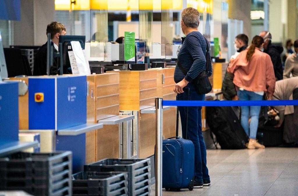 Nächste Woche geht es auch am Stuttgarter Flughafen wieder los. (Archivbild) Foto: dpa/Christoph Schmidt