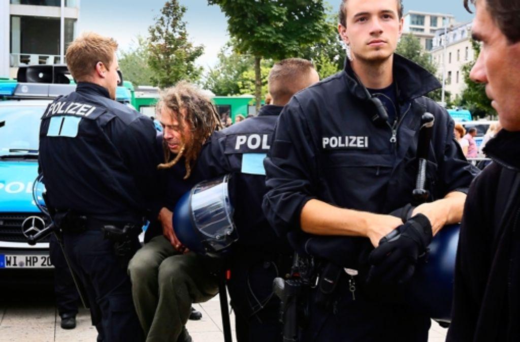 Manches gehört zum Beruf des Polizeibeamten. Manches aber auch nicht. Foto: dpa