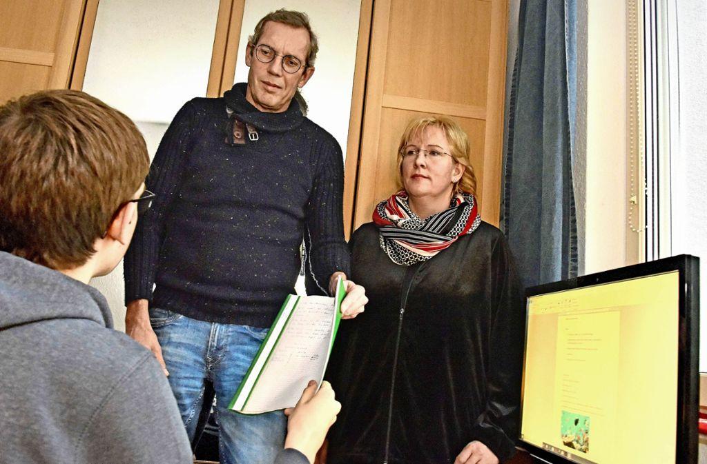Jens und Ute Hoeksma hoffen, dass Benni ein gutes Abi macht. Bei 75 Fehlstunden  im ersten Schulhalbjahr scheint dieses Ziel  in Gefahr. Foto: Michael Bamberger