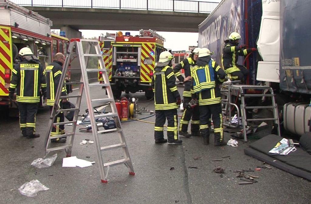 Vollsperrung auf der Autobahn 1 nach einem Lkw-Unfall Foto: dpa