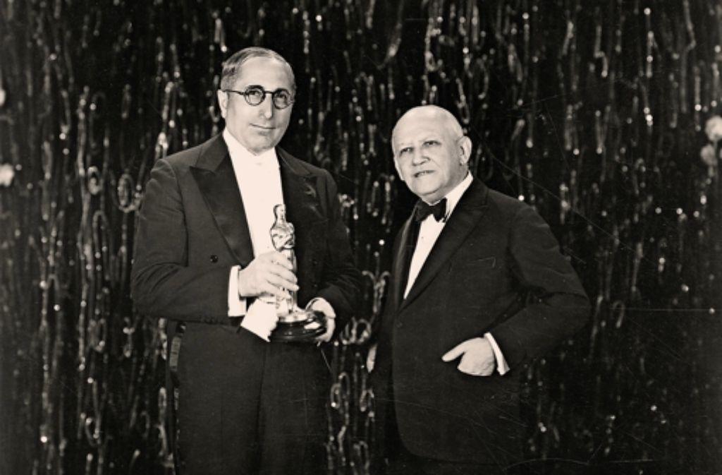 """Dem Hollywood-Mitbegründer Carl Laemmle (rechts im Jahr 1930  beim Entgegennehmen des Oscars für """"Im Westen nichts Neues"""" aus den Händen  des Produzenten  Louis B. Mayer) widmet das Haus der Geschichte 2016 eine Ausstellung. Foto: Haus der Geschichte"""