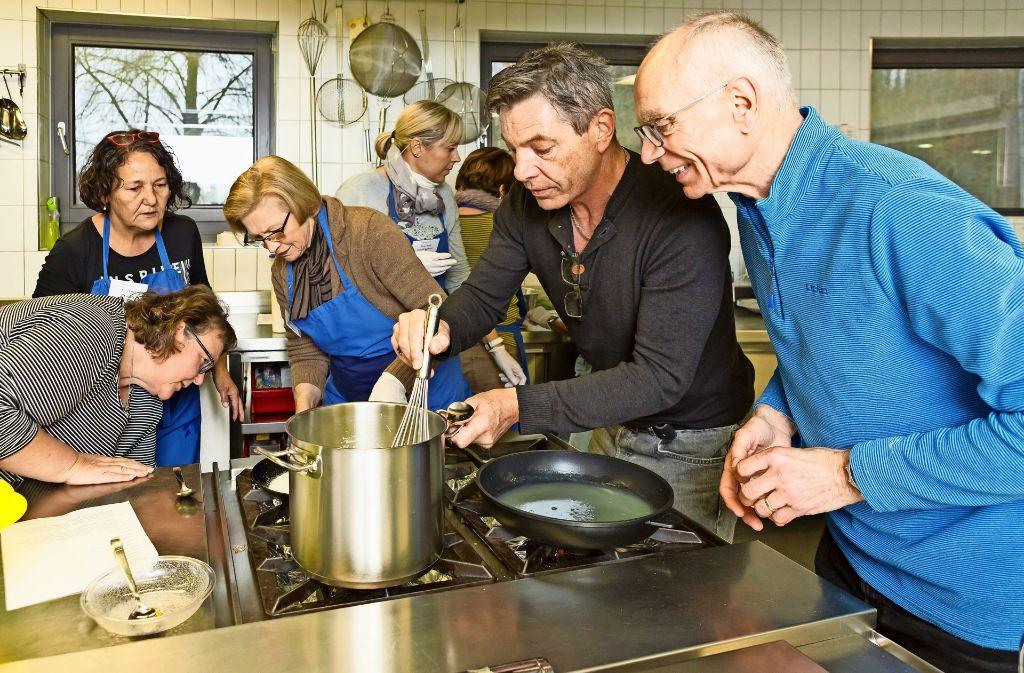 Johannes Guggenberger (im schwarzen Pulli) verrät den Kocheltern des Vereins Kantine LE seine Kochgeheimnisse. Diesmal ging es um süße Nachspeisen. Foto: Thomas Krämer