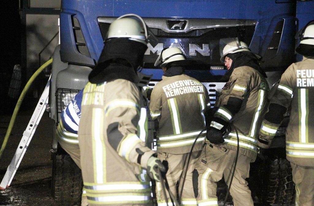 Die Feuerwehr Remchingen rückte am frühen Mittwochmorgen aus, um den Brand an einem Lkw zu löschen. Foto: SDMG