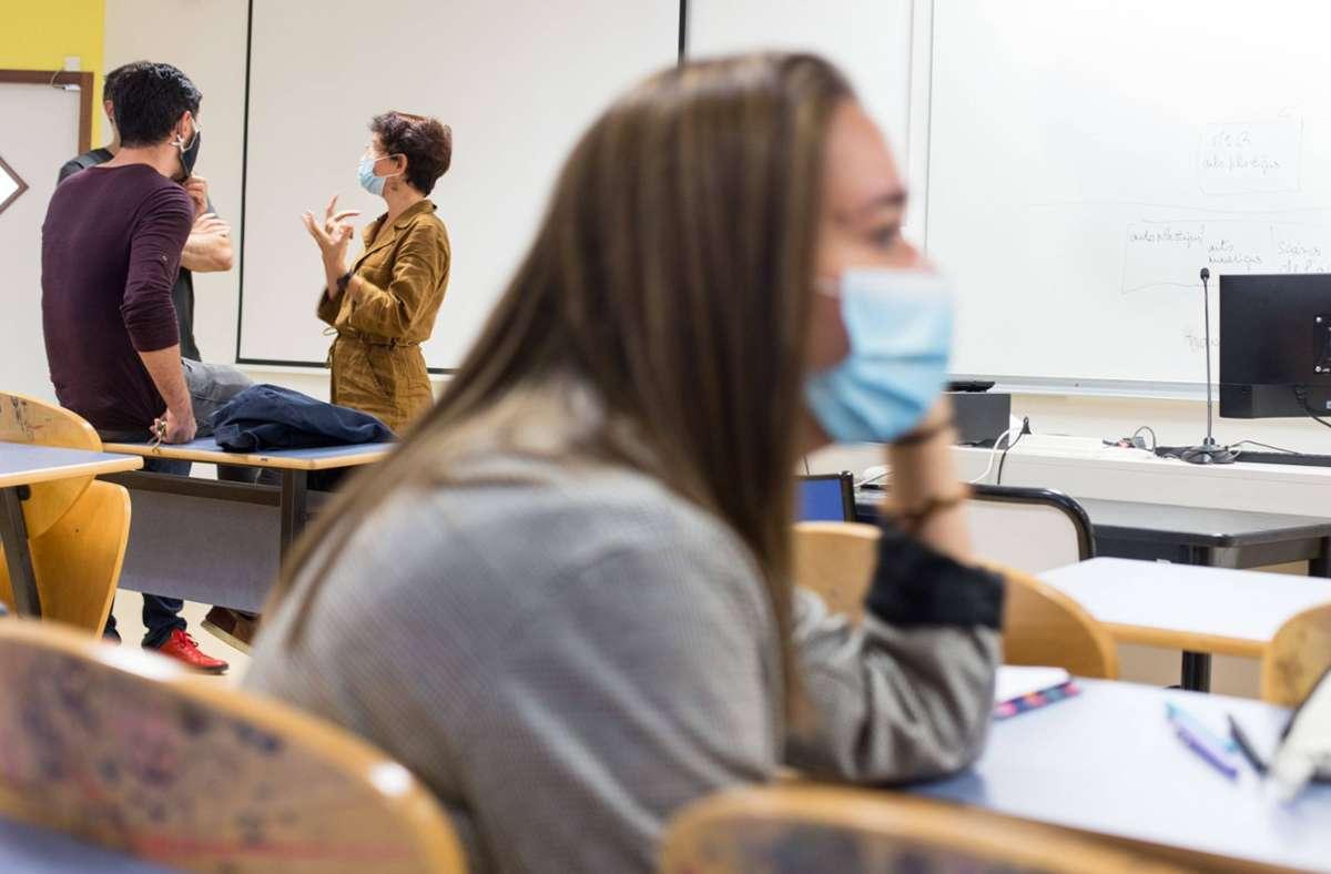 Die Klassenzimmer müssen besser durchlüftet werden, fordert der Lehrerverband. Foto: imago images/Hans Lucas