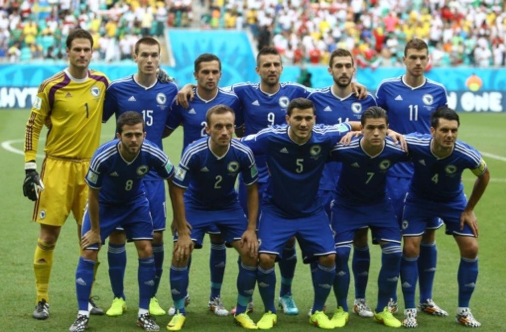 Toni Sunjic (hinten, 2.v.l.) im Kreis der bosnischen Nationalmannschaft Foto: AFP