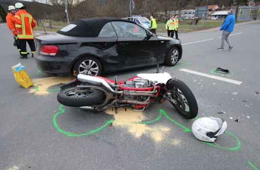 Auto fährt in Motorrad - Biker stirbt